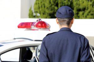 警官とパトカー
